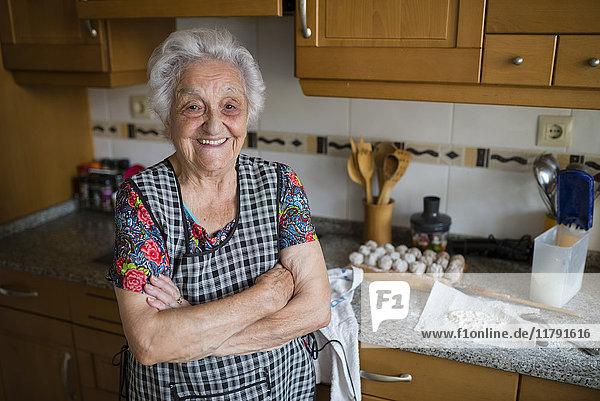 Porträt der glücklichen Seniorin in der Küche