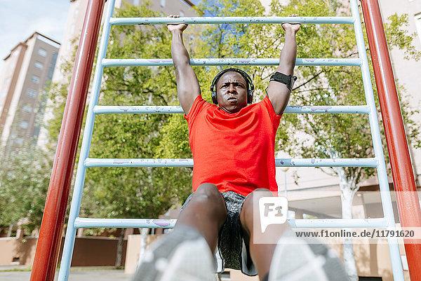 Mann bei Übungen an einer Outdoor-Maschine