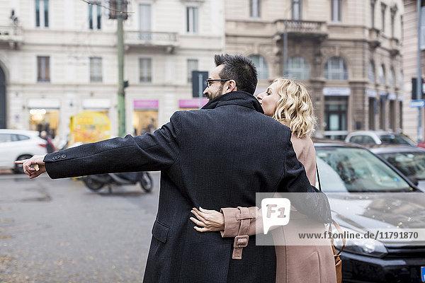 Geschäftsleute  die sich in der Stadt umarmen