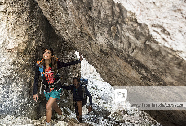 Italien  Freunde klettern in den Dolomiten