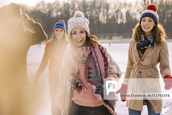 Portrait von glücklichen Freunden im Freien im Winter
