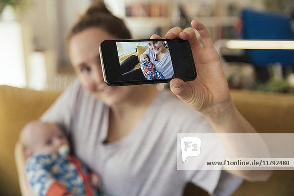 Mutter nimmt einen Selfie mit ihrem neugeborenen Baby mit nach Hause.