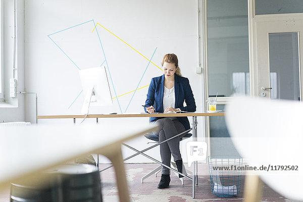 Geschäftsfrau am Schreibtisch in ihrem Büro