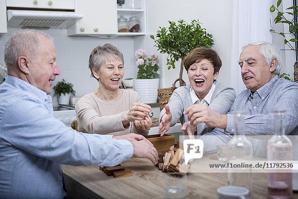Gruppe von Senioren bei einem Spielabend zu Hause