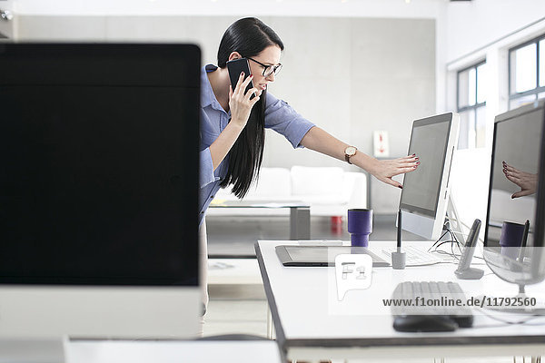 Mitarbeiter am Schreibtisch am Telefon