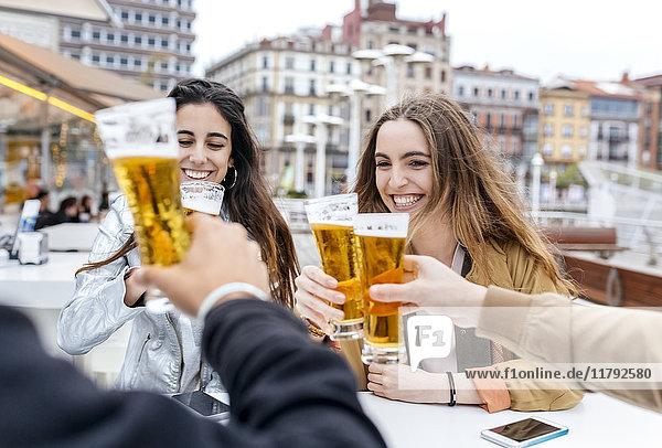 Gruppe von Freunden  die mit Bier anstoßen