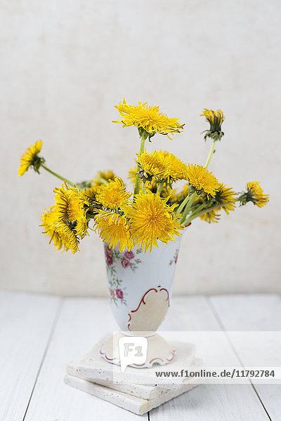 Blumenvase mit Löwenzahn
