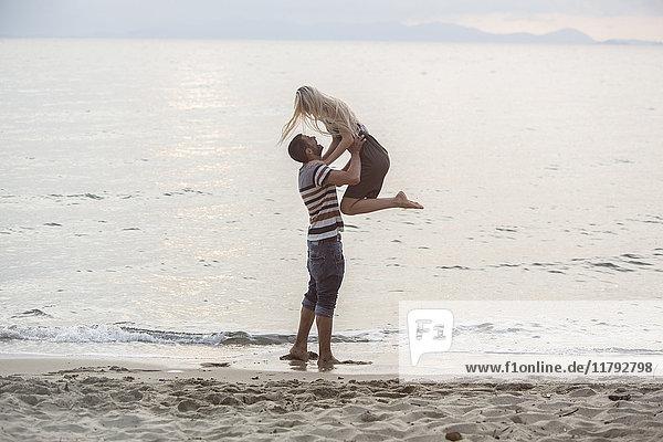 Fröhliches Paar am Strand