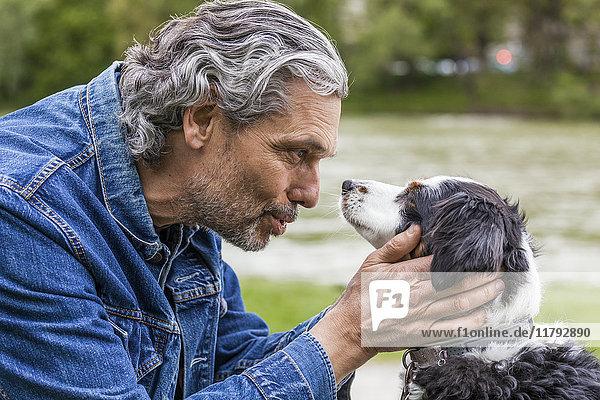 Älterer Mann im Gespräch mit seinem Hund Älterer Mann im Gespräch mit seinem Hund