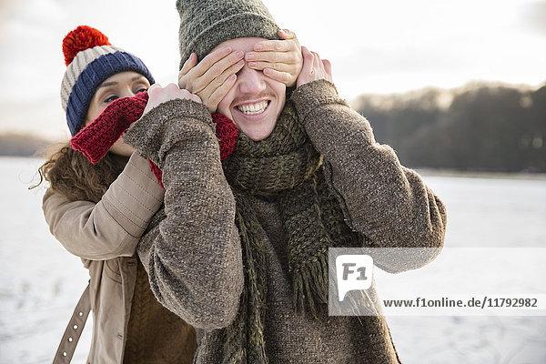 Verspieltes Paar auf gefrorenem See