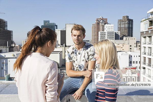 Treffen der Freunde auf einer Dachterrasse im Sommer