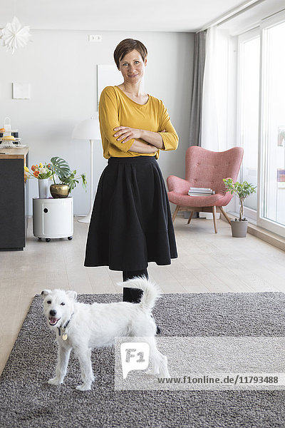 Porträt der Frau und ihres Hundes im Wohnzimmer