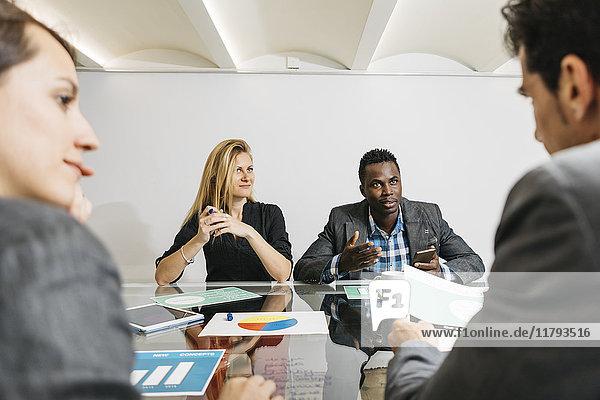 Kreative Geschäftsleute bei einem Meeting im Büro