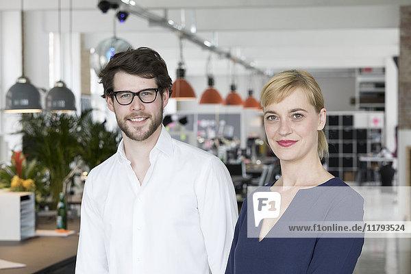 Junge Geschäftsleute in ihrem neuen Büro