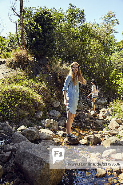 Zwei junge Frauen in der Natur