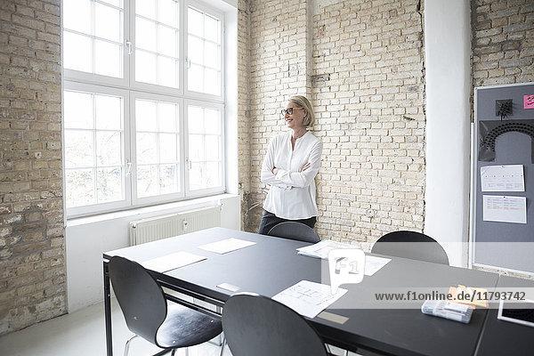 Reife Geschäftsfrau bei der Konferenzvorbereitung