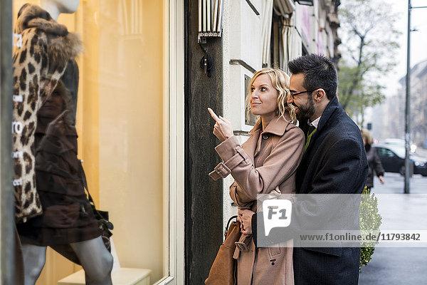 Geschäftspaar Schaufensterbummel in der Stadt