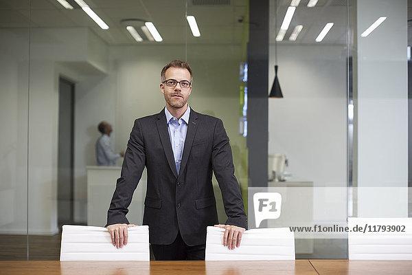 Manager steht im Sitzungssaal des Büros