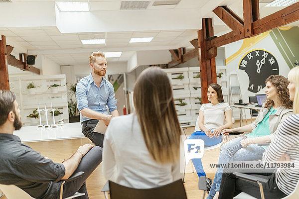 Geschäftsleute mit einer Projektbesprechung im Büro