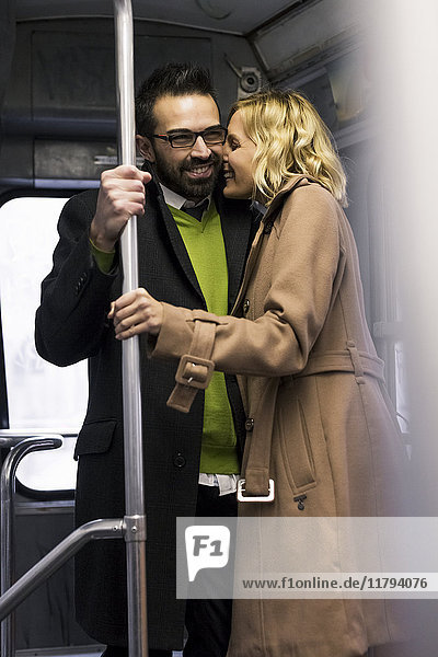 Glückliches Geschäftspaar in der Straßenbahn