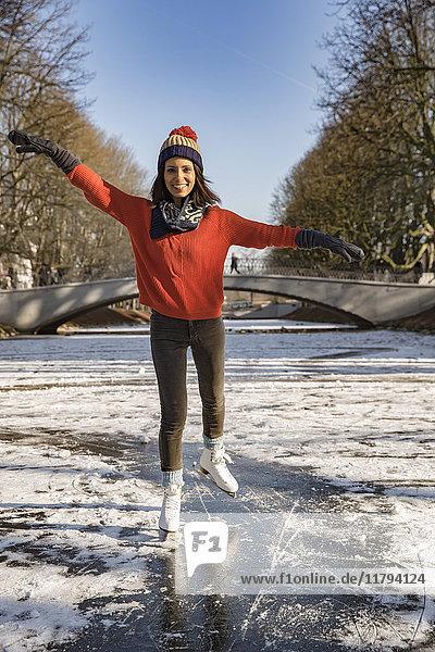 Frau Eislaufen auf dem Kanal