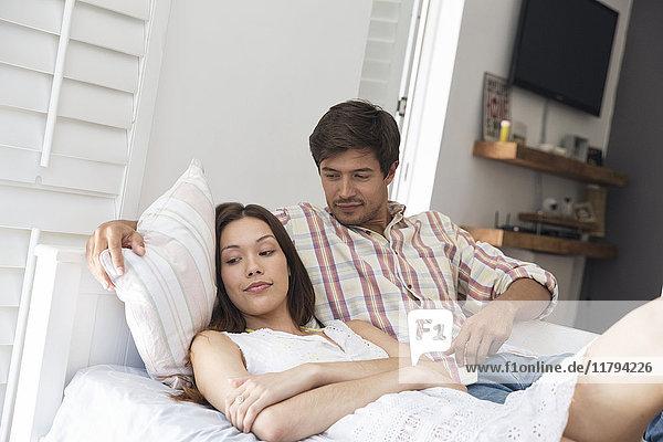 Junges Paar im Bett liegend