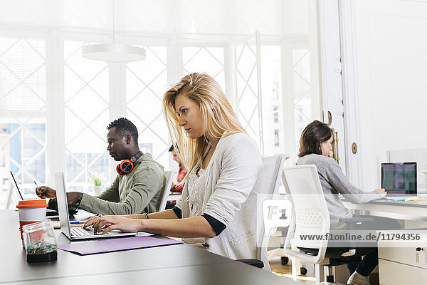 Geschäftsleute  die im internationalen Büro zusammenarbeiten