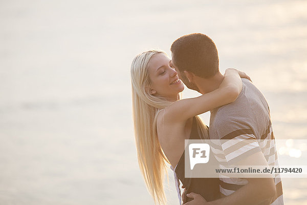 Rpmantisches Paar  das sich am Meer umarmt