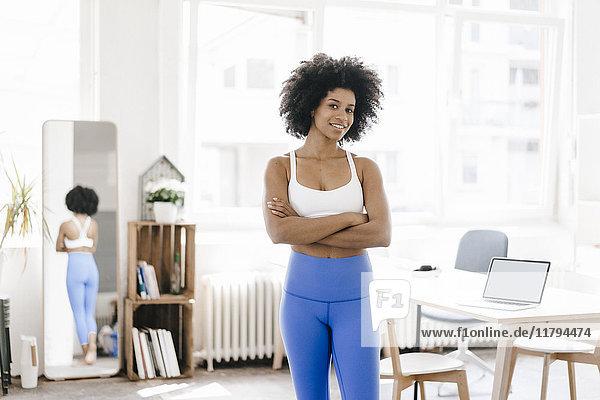 Fitte junge Frau  die Yoga praktiziert