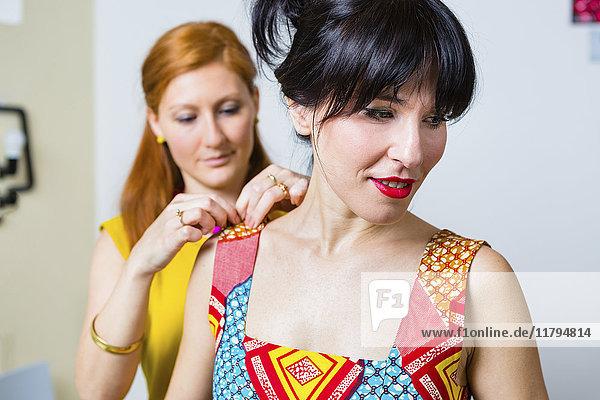 Modedesigner mit Auftraggeber im Studio