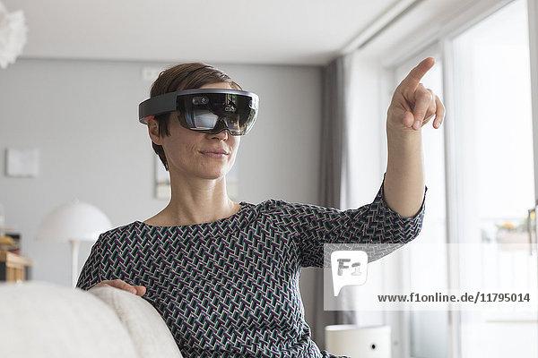 Frau zu Hause mit Augmented Reality Brille zu Hause