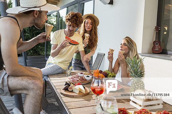 Freunde essen leichte Sommer-Snacks am Nachmittag