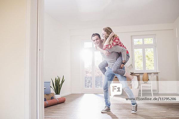 Verspieltes junges Paar im neuen Zuhause