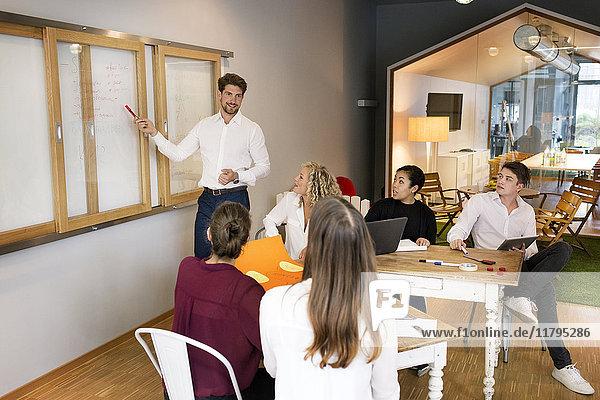 Geschäftsleute bei einem Workshop im Büro