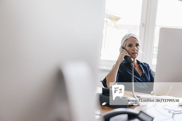 Geschäftsfrau am Telefon im Büro
