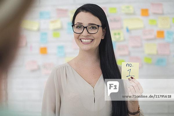 Weibliche Angestellte mit Post it