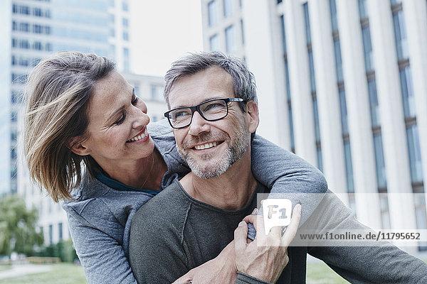 Ein glückliches reifes Paar  das sich im Freien umarmt.