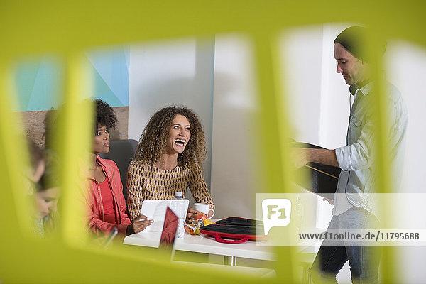 Zufriedene Kollegen in der Bürolounge