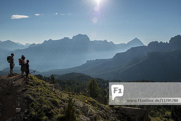 Italien  Freunde stehen auf dem Gipfel der Dolomiten  Blick auf die Dolomiten