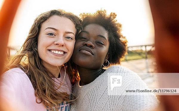 Zwei beste Freunde,  die einen Selfie im Freien machen.