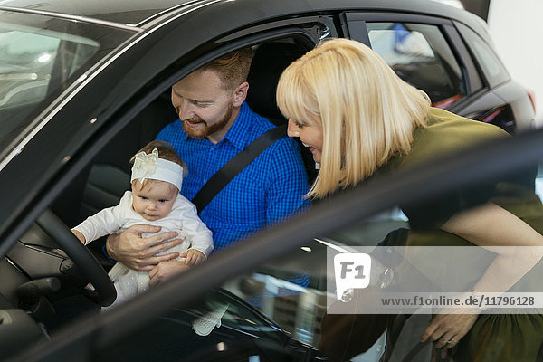 Familie wählt neues Familienfahrzeug im Autohaus