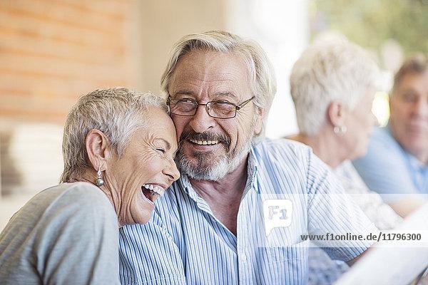 Porträt eines älteren Paares  das Spaß hat