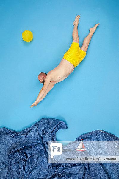 Glücklicher Mann  der ins Meer springt.
