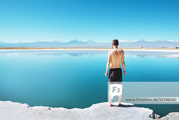 Chile  Atacama-Wüste  Rückansicht des Mannes am Laguna Cejar