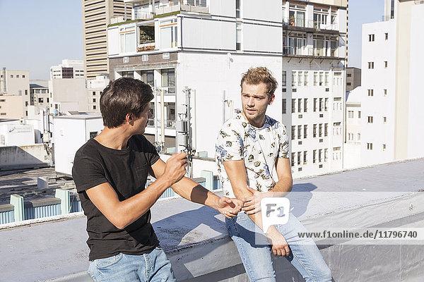 Freunde im Gespräch auf der Dachterrasse