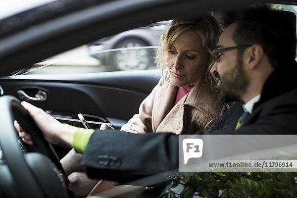 Geschäftsmann und Geschäftsfrau im Auto