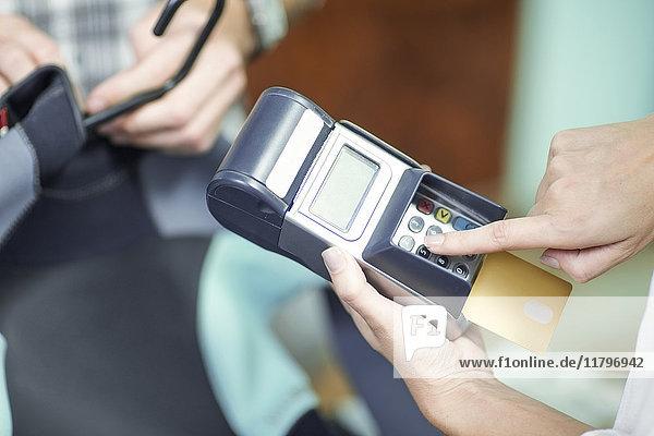 Bezahlen mit Kreditkarte im Geschäft