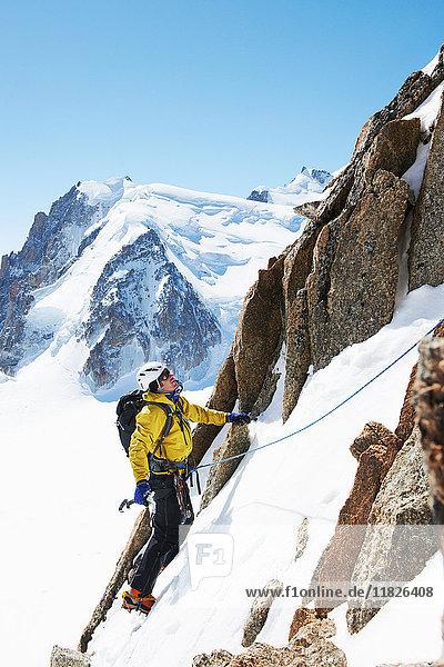 Mittelgroßer erwachsener Mann beim Bergsteigen  Chamonix  Frankreich