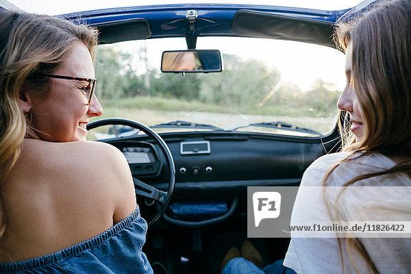 Junge Frauen im Oldtimer-Cabriolet  Firenze  Toskana  Italien  Europa