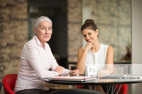 Porträt von zwei Geschäftsfrauen am Büroschreibtisch
